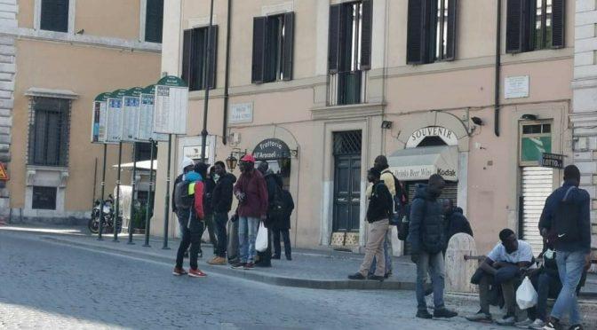 Italiani in casa e immigrati a passeggio: per loro non vale quarantena – FOTO