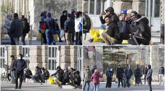 """Coronavirus, a Trieste migranti liberi di bivaccare: """"Polizia li guarda e passa"""" – FOTO"""