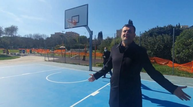 """Sindaco di Bari a caccia di cittadini al parco: """"E' pericoloso"""" – VIDEO"""