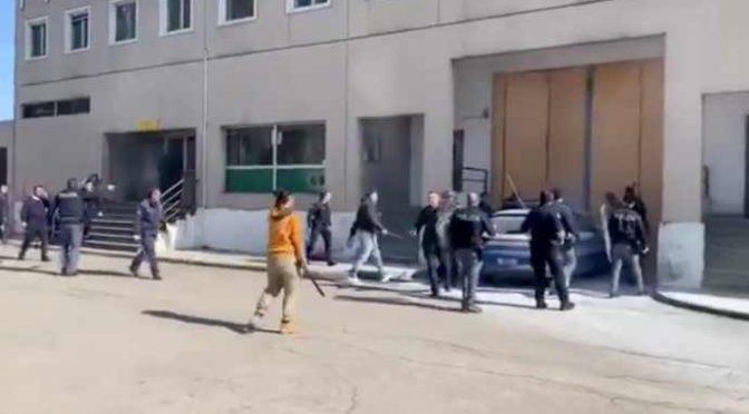 POLIZIOTTI EROI HANNO BLOCCATO EVASIONE DETENUTI – VIDEO