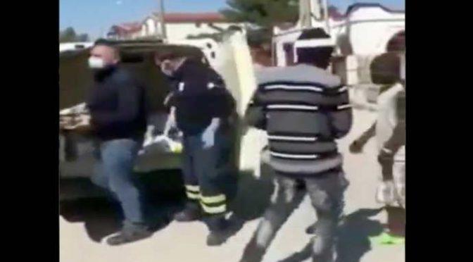 """A immigrati la spesa la porta a casa la Protezione Civile: """"per l'incolumità di tutti"""" (AGGIORNAMENTO) – VIDEO"""
