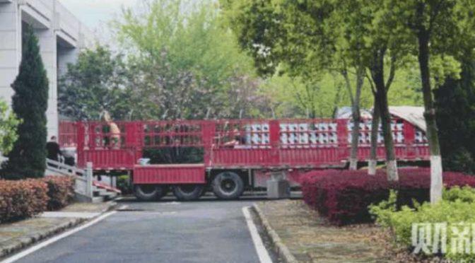 Svelata menzogna cinese: tir carichi di morti lasciano Wuhan – FOTO