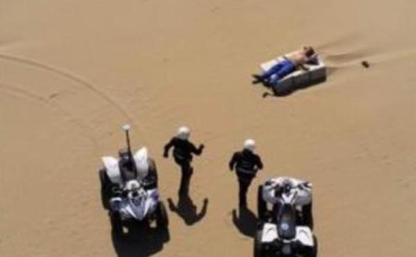 """Rimini, agenti in spiaggia per un cittadino che prende il sole:""""Ridicolo governo"""""""