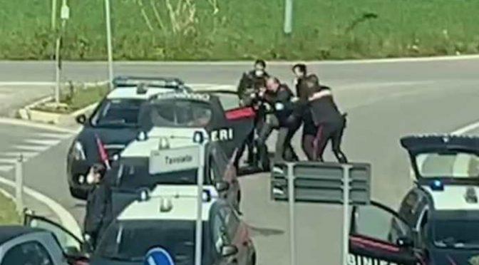 Immigrato forza blocco, distrugge auto e spacca naso a militare – VIDEO