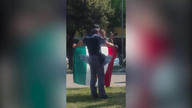 Verona: 5 volanti della Polizia per rimuovere tricolore proibito – VIDEO