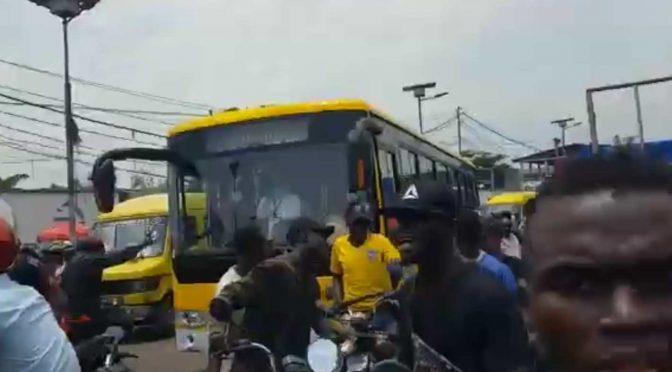 Congo: folla assalta bus per linciare Bianchi considerati untori – VIDEO
