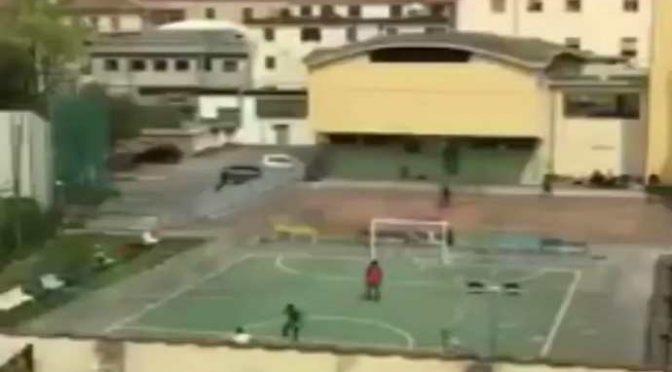 Voi chiusi in casa, immigrati giocano a calcetto nel campo dell'hotel – VIDEO