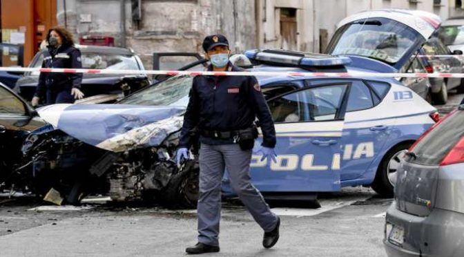 Spacciatore in fuga si schianta contro l'auto degli agenti