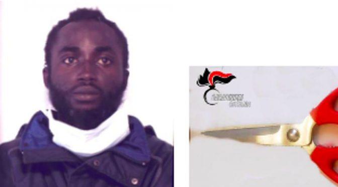 """Nigeriano assalta tribunale armato di forbici e ferisce militari: """"Sono povero"""""""