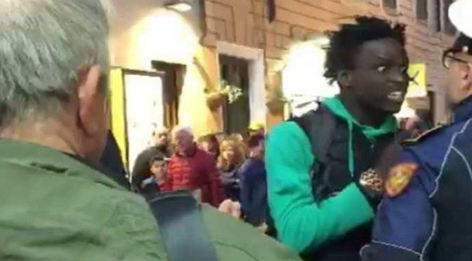 """Africano vuole dormire sul treno chiuso, ai carabinieri: """"Vi taglio la gola"""""""