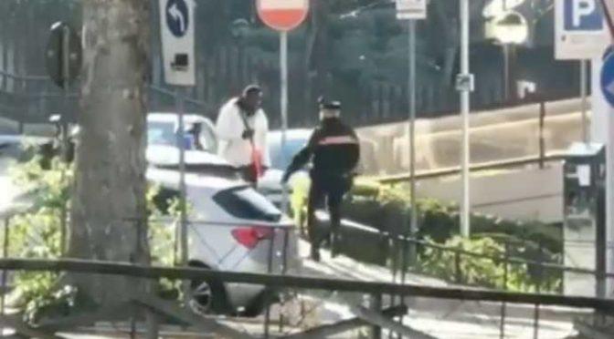 Immigrato violento ruba e poi attacca carabinieri – VIDEO