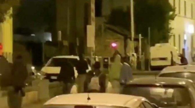 """Festa immigrati per strada, a chi protesta: """"Vaffanculo"""" – VIDEO"""