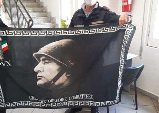 Espone bandiera Mussolini: irruzione in casa, sequestro e denuncia