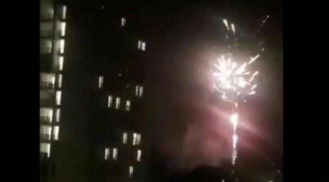 Voi chiusi in casa, grande festa con fuochi d'artificio al campo nomadi – VIDEO
