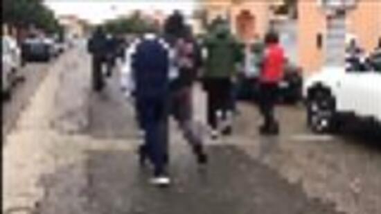 Folla respinge occupazione Rom, figlia ringrazia i vicini della mamma malata