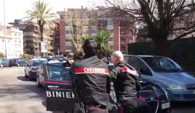Nonnina legata in casa da 3 immigrati: carabinieri li salvano da linciaggio – VIDEO