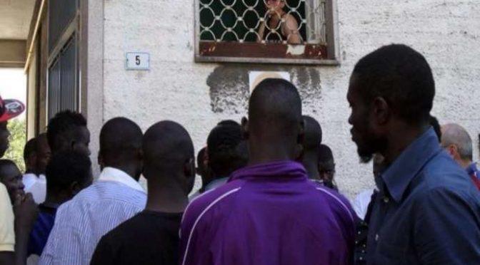 Coronavirus, immigrati in fila per avere il bonus da 600 euro: assalto alle Poste