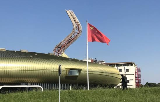 Prato: bandiera cinese sventola al posto del Tricolore – VIDEO