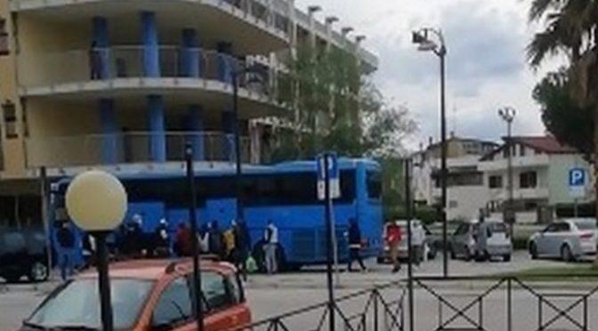 Governo distribuisce immigrati in tutta Italia: bus carichi senza controlli – VIDEO