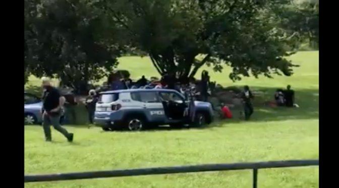 Assembramento di immigrati, in 15 contro i poliziotti – VIDEO