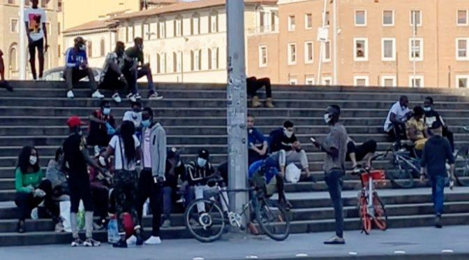 Firenze: 30 poliziotti per chiudere ristorante mentre immigrati spacciano liberi alla stazione – VIDEO