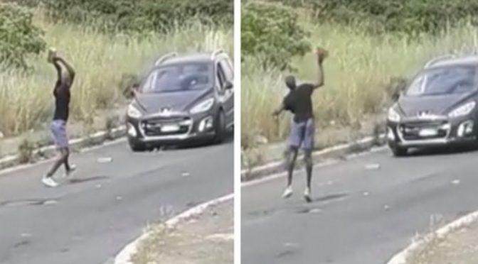 """Africano assalta scuola, sassi e bastoni contro mamme e bambini: """"Vi ammazzo a tutti"""""""