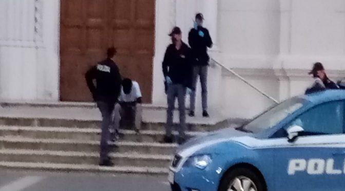 """Nigeriano armato di bastone minaccia fedeli davanti alla chiesa: """"E' solo pazzo"""""""
