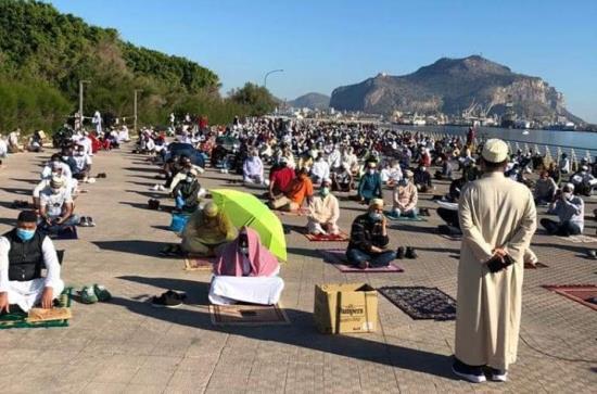 Palermo città islamica: musulmani invadono le strade e Orlando esulta