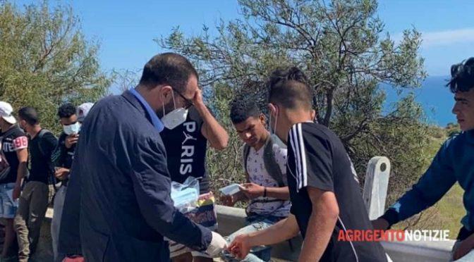 """Sbarcano 400 tunisini, sindaco porta tè e pasticcini: """"Benvenuti"""" – FOTO"""