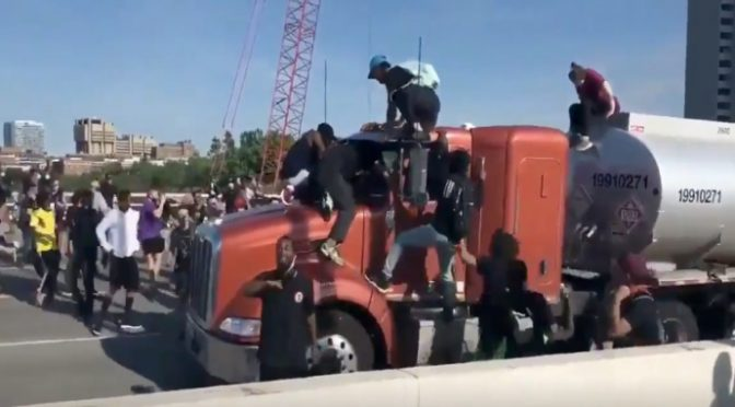 Usa, cento teppisti neri trascinano autista fuori da camion – VIDEO