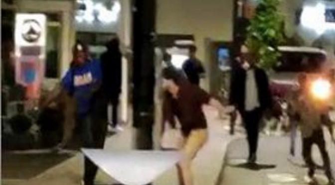 Bloccano immigrato che vuole sgozzare passanti e lo riempiono di botte: denunciati – VIDEO