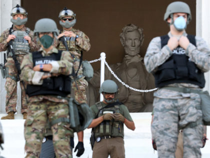 Gli ex schiavi neri che assaltano il Lincoln Memorial protetto da soldati bianchi