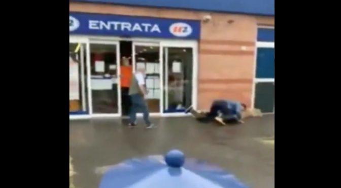 Africano molesta l'italiano sbagliato: pestato – VIDEO
