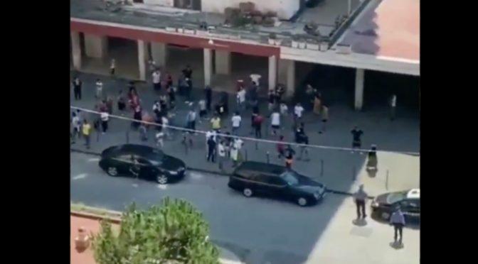 Caos a Mondragone, Rom e immigrati infetti fuggono da zona rossa mentre militari guardano – VIDEO