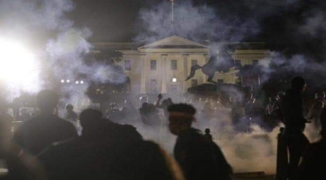 La violenza rosso-nera scuote gli Usa: assaltata Casa Bianca, Trump nel bunker – VIDEO