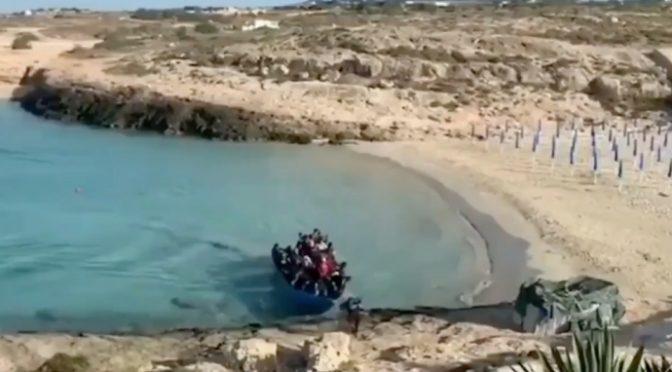 Assalto a Lampedusa: barconi clandestini direttamente sulla spiaggia – VIDEO