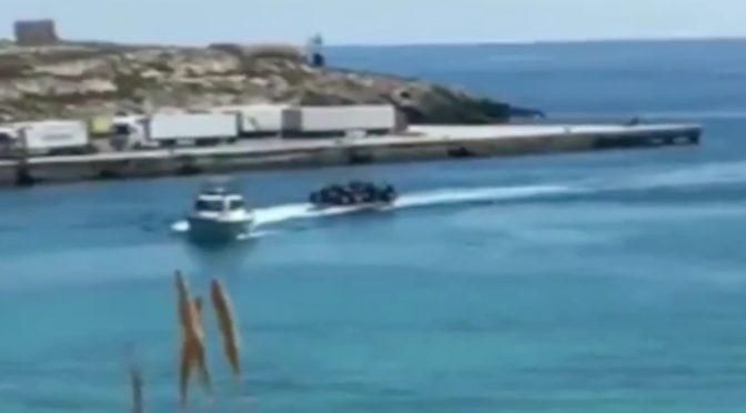 Lampedusa: motovedette trainano barcone di clandestini – VIDEO