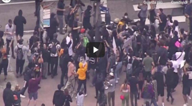 Usa, poliziotto accerchiato e massacrato da teppisti Neri e Antifà – VIDEO