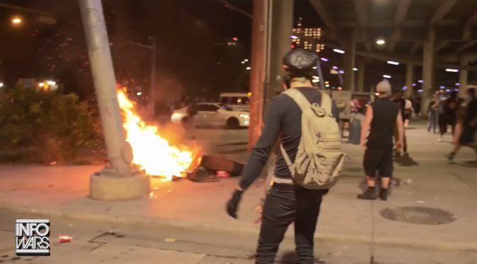 Ex poliziotto ammazzato da teppisti neri e antifà mentre difende negozio