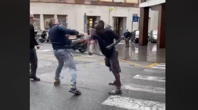 Africano manda all'ospedale poliziotto, poi aggredisce passanti – VIDEO