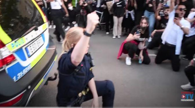 Poliziotta svedese si inginocchia davanti ai suprematisti neri – VIDEO