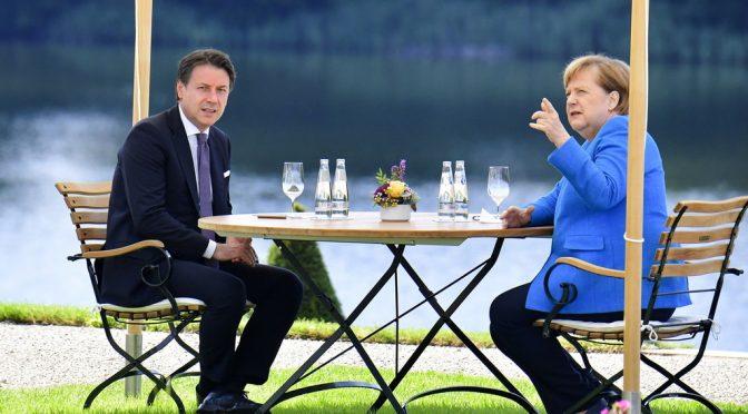 Conte fa l'aperitivo con la Merkel: vuole indebitarci per mantenere i clandestini infetti