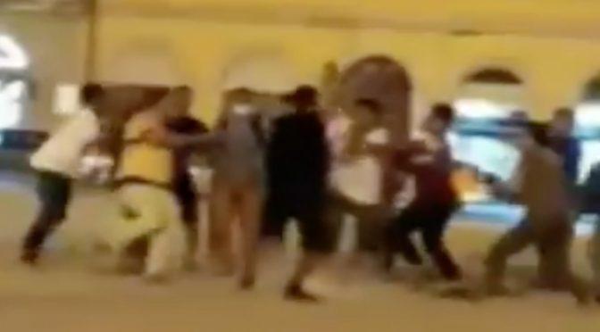 Bengalesi massacrano di botte consigliere comunale – VIDEO