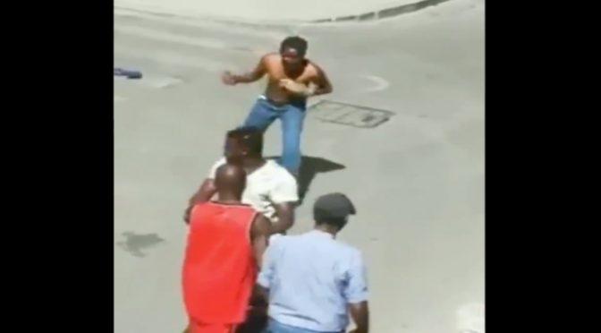 Scontri tra immigrati in mezzo ai (pochi) turisti – VIDEO