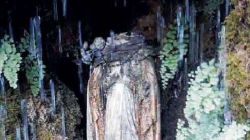 Decapitata statua della Madonna nell'isola degli sbarchi