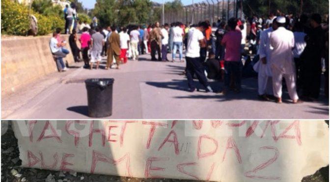 """Immigrati bloccano la strada: """"Vogliamo la paghetta e le schede telefoniche gratis"""", accontentati"""