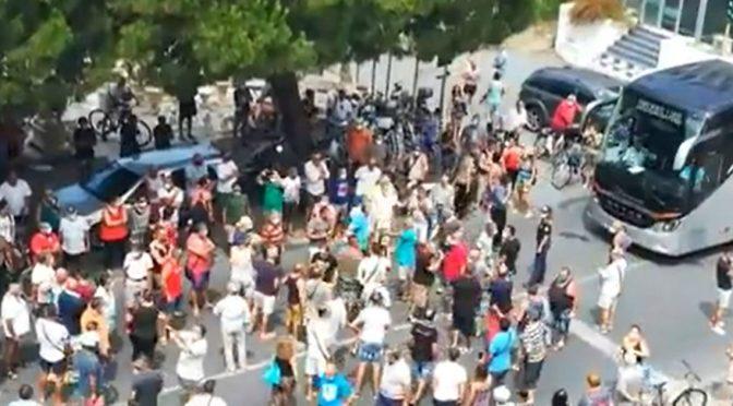 Calabria, rivolta contro arrivo immigrati infetti al coronavirus: cittadini bloccano il bus – VIDEO