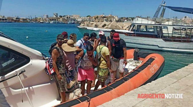Voi votate e loro sbarcano: ondata di tunisini a Lampedusa, 600 clandestini