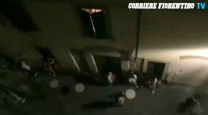 BRANCO AFRICANI ASSALTA LOCALE ARMATO DI BASTONI A CACCIA DI ITALIANI – VIDEO