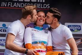 Tour vieta il bacio con belle ragazze sul podio